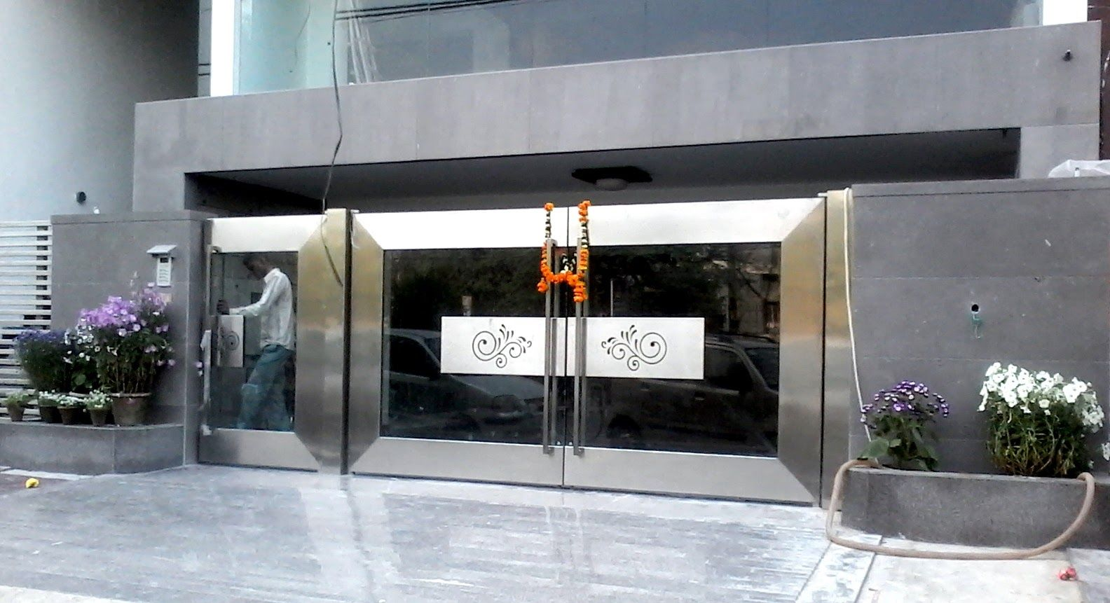 We use finest of stainless steel and ultra-modern technology and ... for Stainless Steel Main Gate With Aluminium Wood Color Design  279cpg