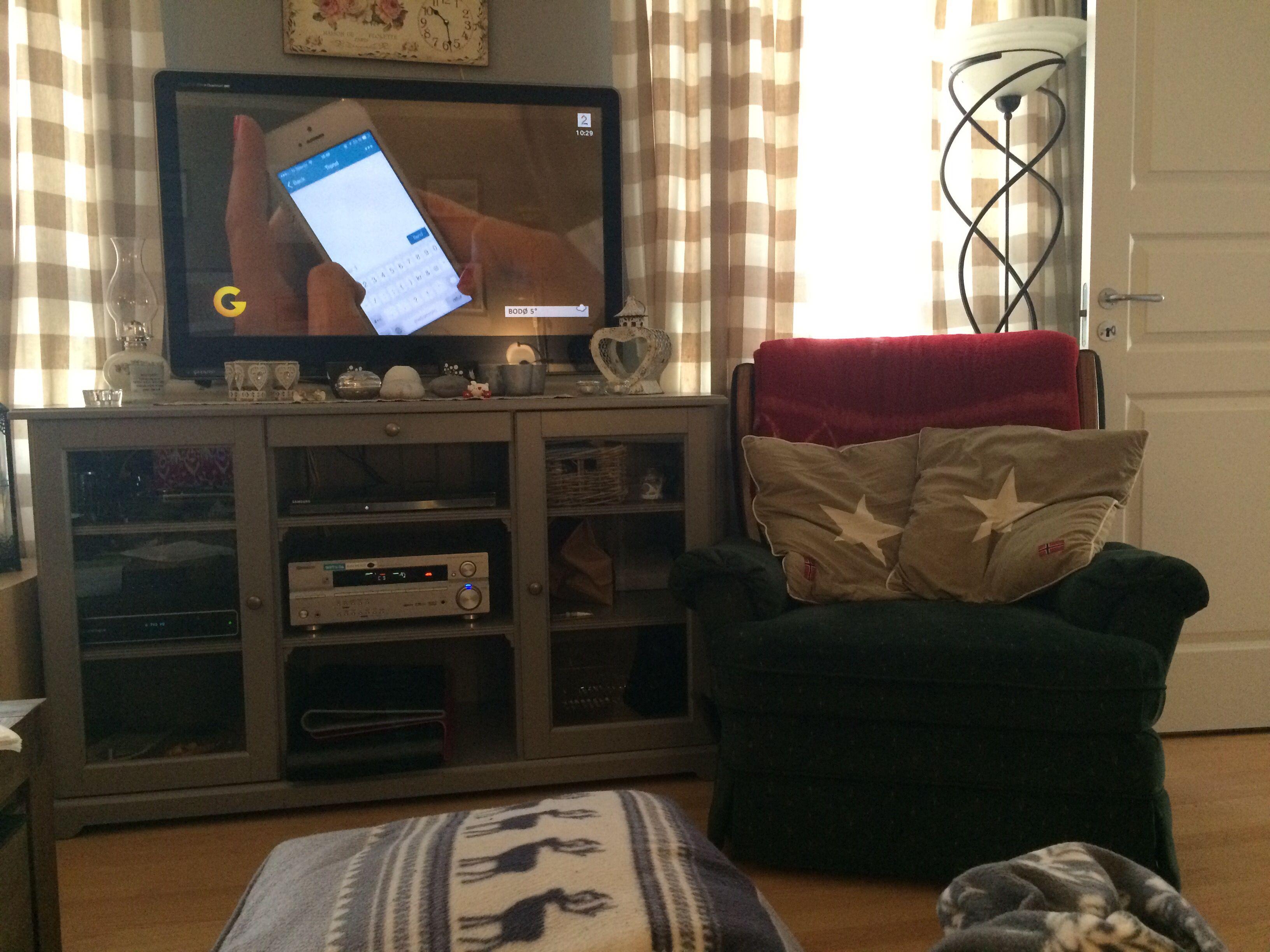 Gammel stol. Tvbord fra IKEA.