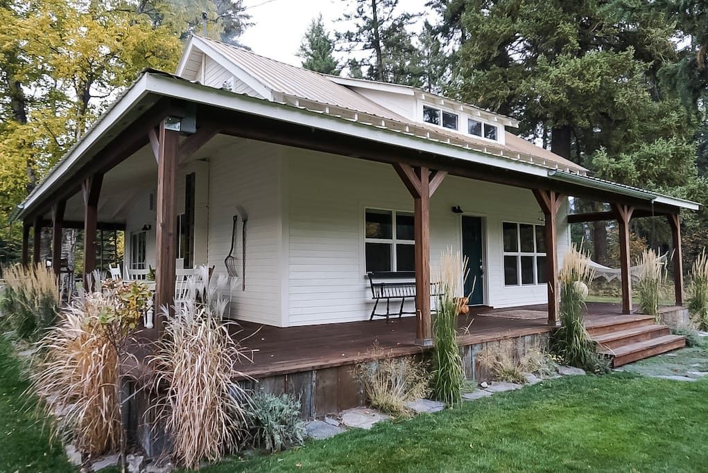 Crane Mountain Cottage Professional Clean Cozy Cottages For Rent In Bigfork Montana United States In 2020 Cottage Mountain Cottage Montana Homes