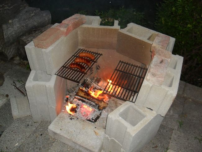 Fire pit with cinder blocks cinder block fire pits for Easy diy fire pit with grill