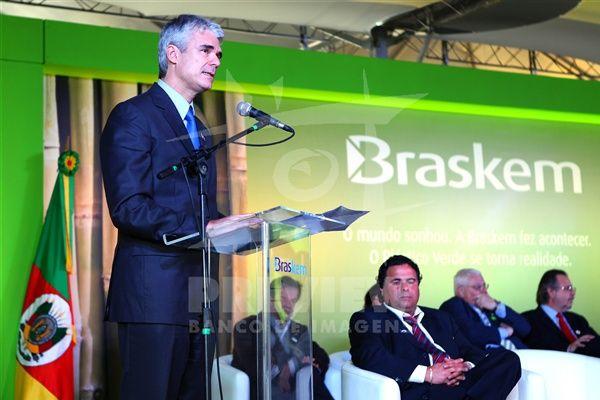 O presdiente da Braskem, Bernardo Gradin (c) e o presidente Luis Inácio Lula da Silva durante a inauguração da planta de eteno verde da Braskem, no pólo petroquimico, em Triunfo, no RS.