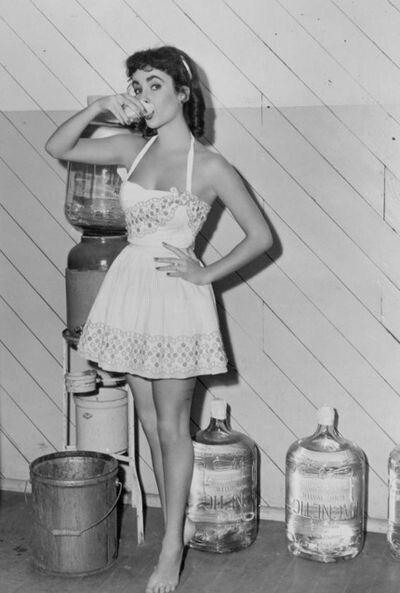 Elizabeth Taylor In Your Youth Wearing A Summer Halterneck Short Dress Vintage Fashion Summer Elizabethtaylor 1950s 1960s Mode Foto S Mode Vrouw