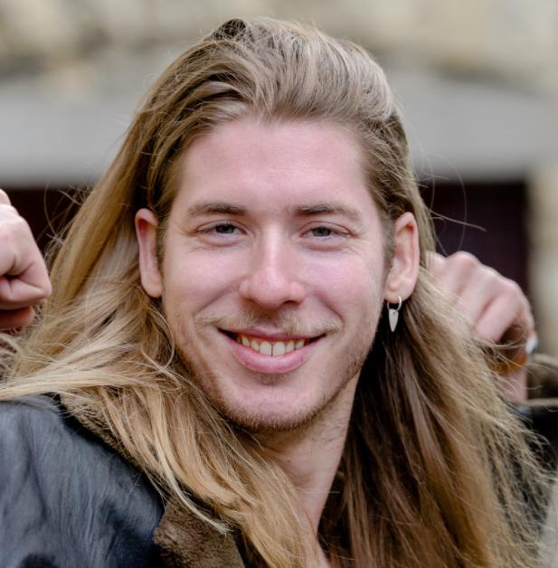 Frank van der Lende 13-12-1988 Nederlandse radiopresentator. Op 16-jarige leeftijd presenteerde Van der Lende zijn eerste radioprogramma op Rick.FM, de lokale omroep van Uithoorn met titel: Een Uurtje Ellende met Frank van der Lende. Frank van der Lende liet zich in 2016 met Domien Verschuuren opsluiten in het Glazen Huis in Breda voor 3FM Serious Request. Dit was de eerste keer voor Van der Lende.  https://youtu.be/YOqiaMmIHYw