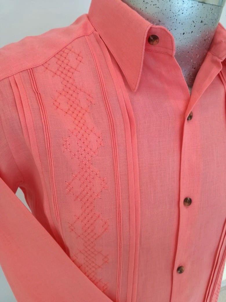 7339e595d3 Guayabera para caballero modelo Cartagena color coral en lino 100 ...