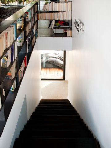 Une maison du0027architecte construite entre les arbres Scale and Shelves