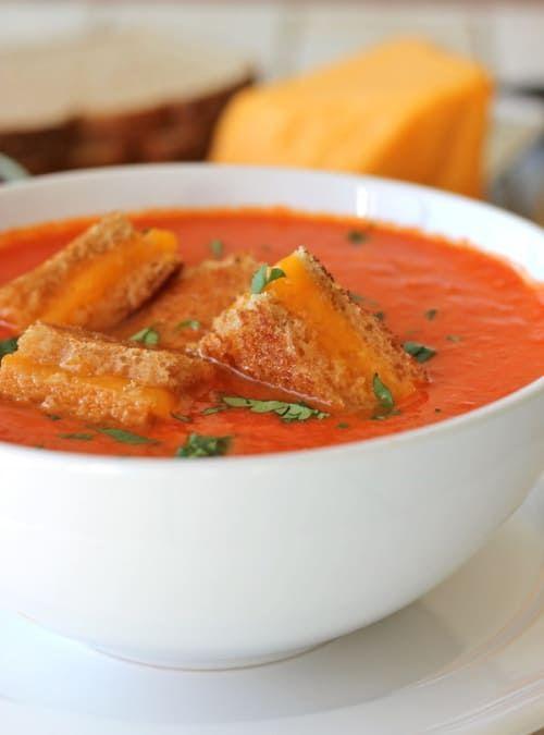 Una perfecta comida de invierno. Los croutons de queso tostados mejoran la calidad de tu clásica sopa de tomate. Aquí puedes ver la receta.