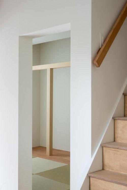 Deixar é uma casa minimalista localizado em Hyogo, no Japão, projetado por Tsubasa Iwahashi Architects.  O interior é caracterizado por materiais e cores naturais para promover uma atmosfera calorosa e acolhedora.  (25)