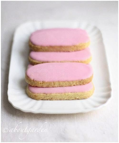 Frosted cookies with rose