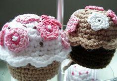 Cupcakes / Magdalenas Amigurumi - Patrón Gratis en Español  aquí:  http://blog.bichus.es/2013/06/patron-amigurumi-gratis-cup-cakes.html