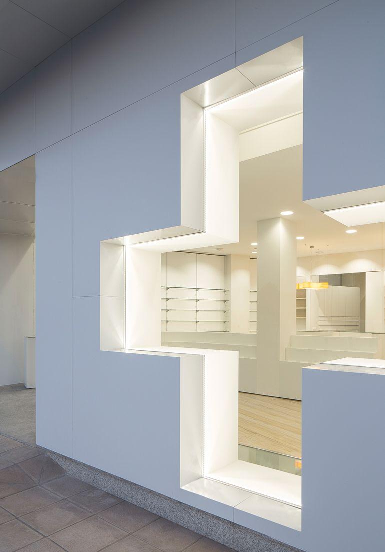 Farmacia Coloma. Proyecto de retail, arquitectura, interiorismo y branding by EsBlanc   Arquitecture & Design