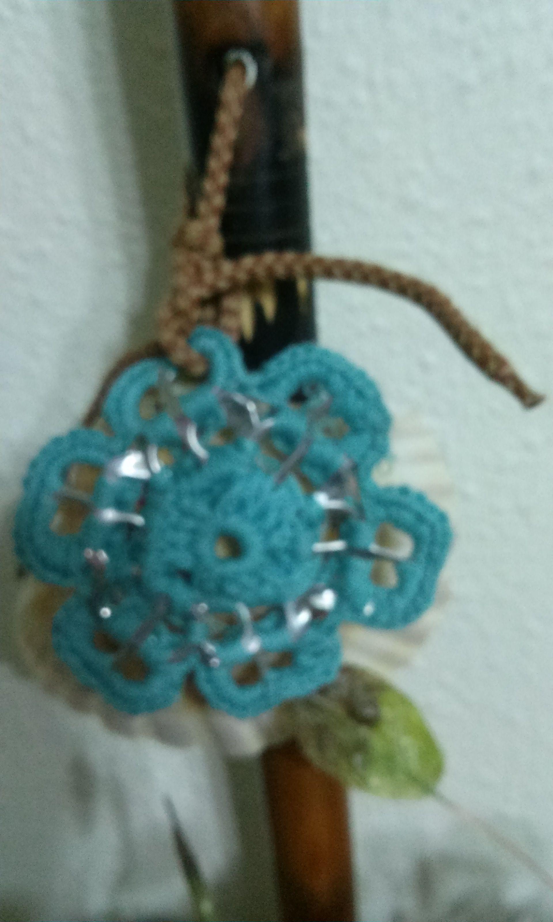 flor con ganchillo y anillas de lata