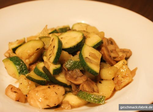 Gemüsepfanne mit Zucchini und Pilzen