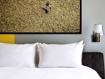 Chambre colorée avec lit king-size au Sofitel Abidjan Hotel Ivoire ...