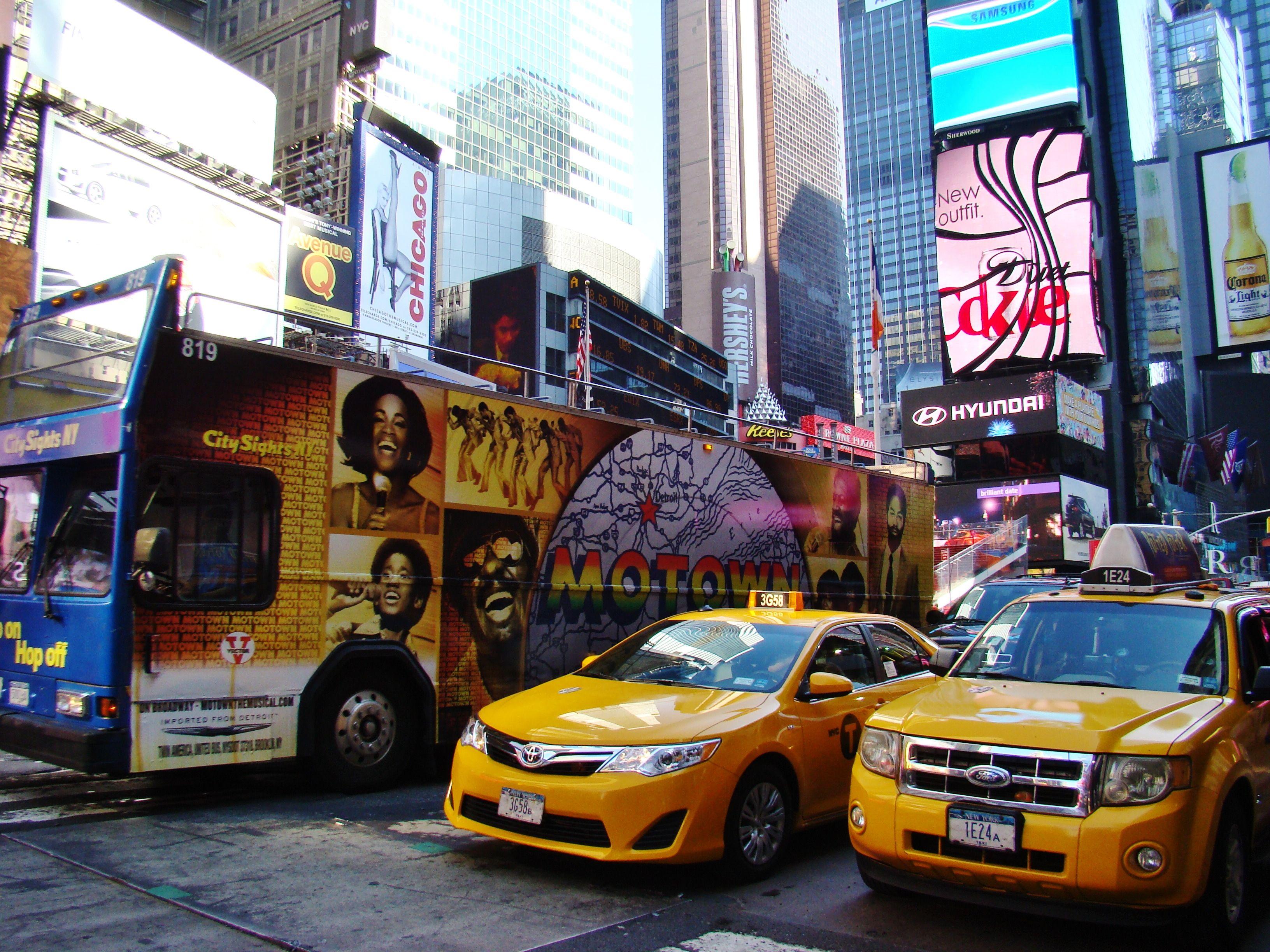 """Les légendaires taxis jaunes de New York./ The famous """"yellow Cabs"""" in Times Square! Crédit Photo: N.Beaulieu."""