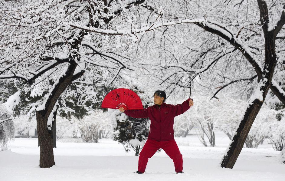 Un uomo pratica il tai chi in un parco a Shenyang, in Cina. (Reuters/Contrasto)