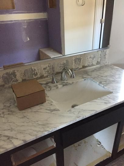after the vanity top was installed before the backsplash was installed dessus de vanite