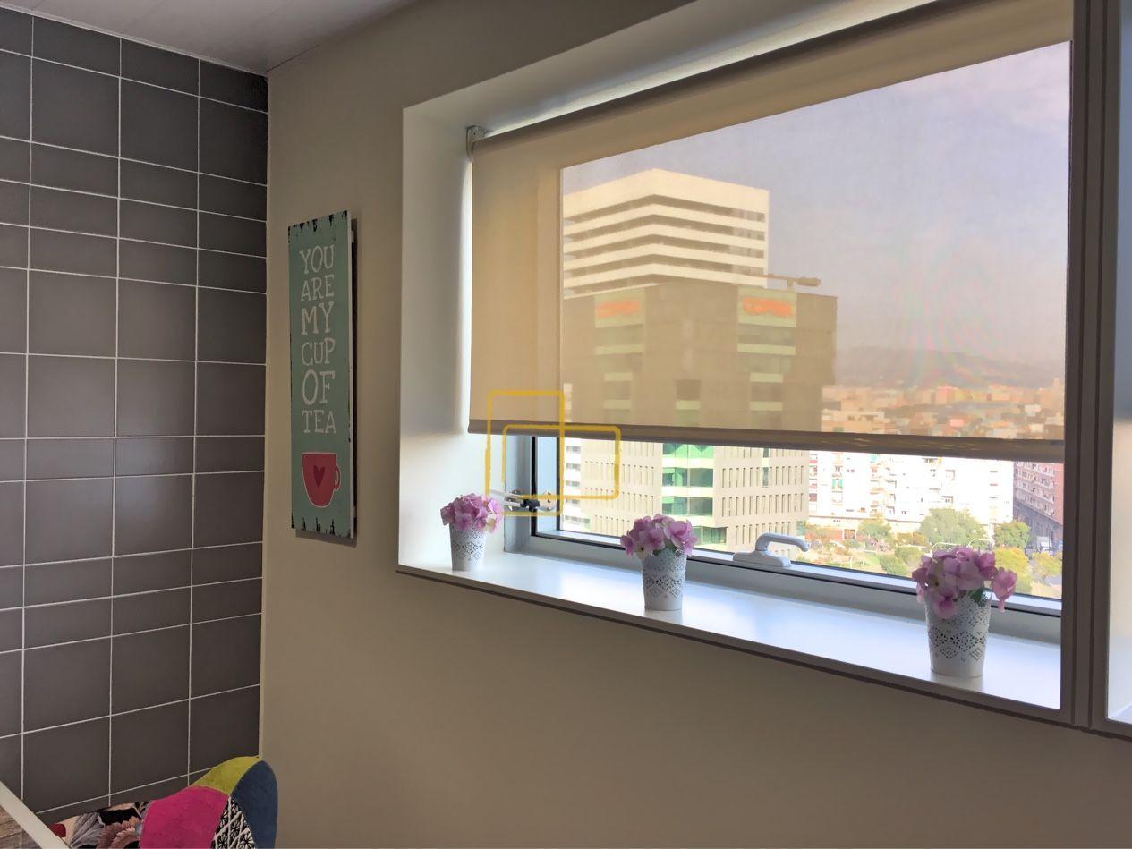 cortina enrollable instalada en cocina solart cortinas