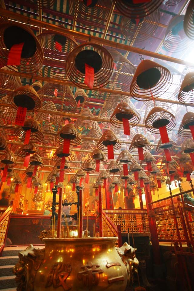 It is the Hong Kong oldest Taoism temple, Incense Spirals in the Wen Wu Temple. It was built in 1840 ི♥