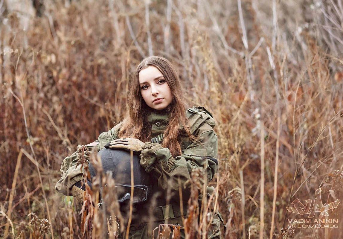 Трахает жену что у русских женщин милиционера под мини юбками видео как