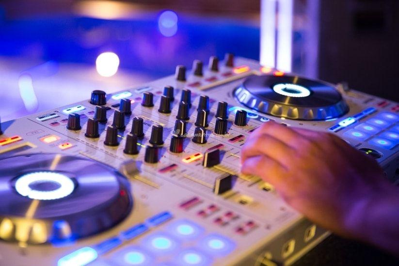 Como acertar na difícil escolha entre banda ou DJ