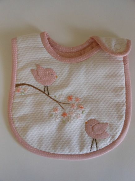 Babador em piquê com aplicações à escolha do cliente. Manta acrílica no interior e tecido 100% algodão para o forro. Nome do bebê pode ser acrescentado. R$ 45,00