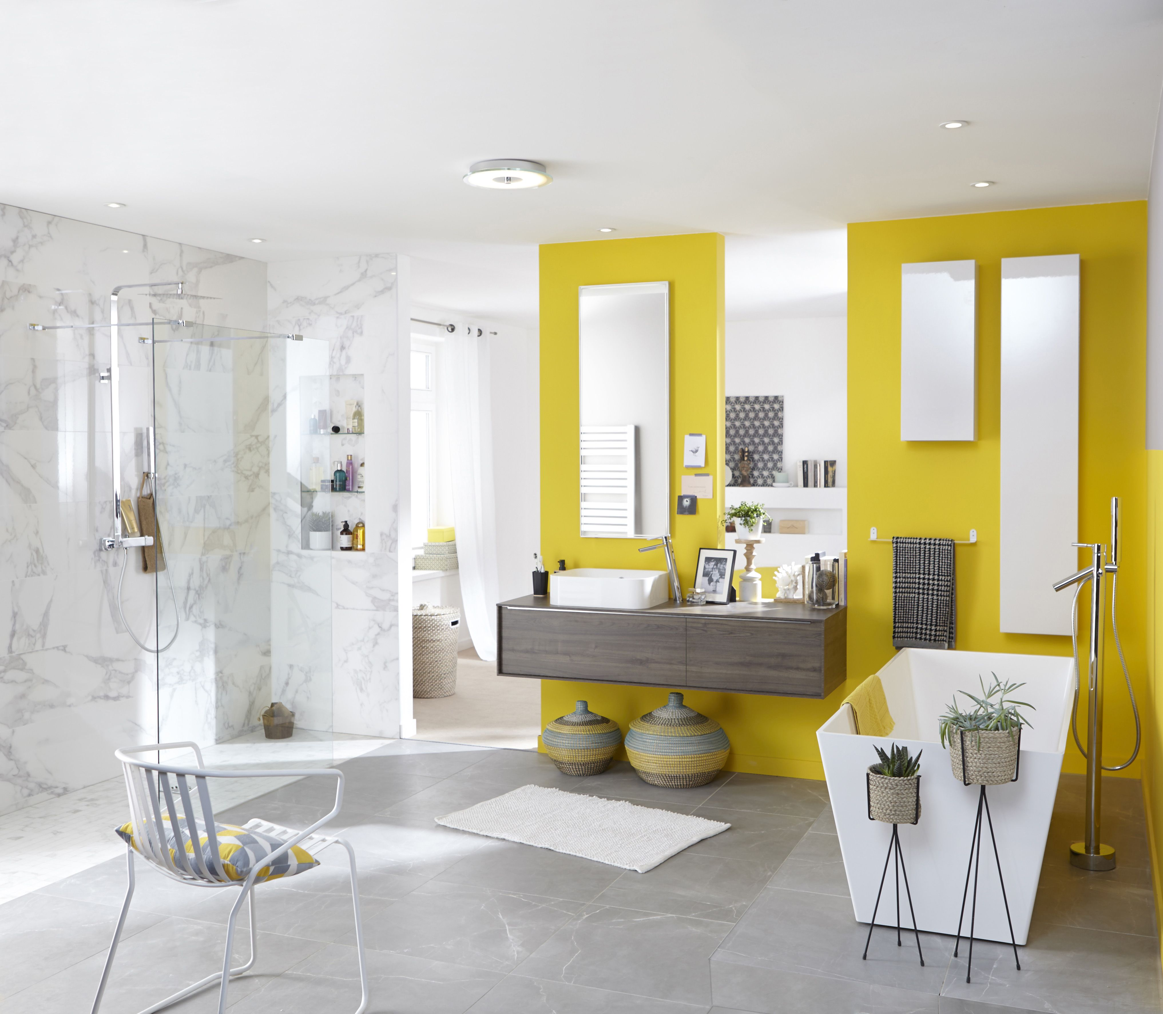 salle de bains grise et jaune avec carrelage sol et mur