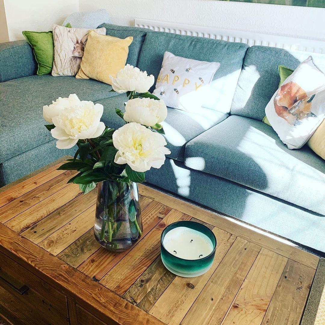 Dreamy 💛🤍 #livingroomdecor #livingroomdesign  #homeinspiration #diy #interiors #interiorstyling #home #housetohome #mustardandgrey #mustard #budgetdiy #interiors #prewarhouse #interiorsinspiration #diyinspo #homedecor #lifestyle #mustardandgreyallday