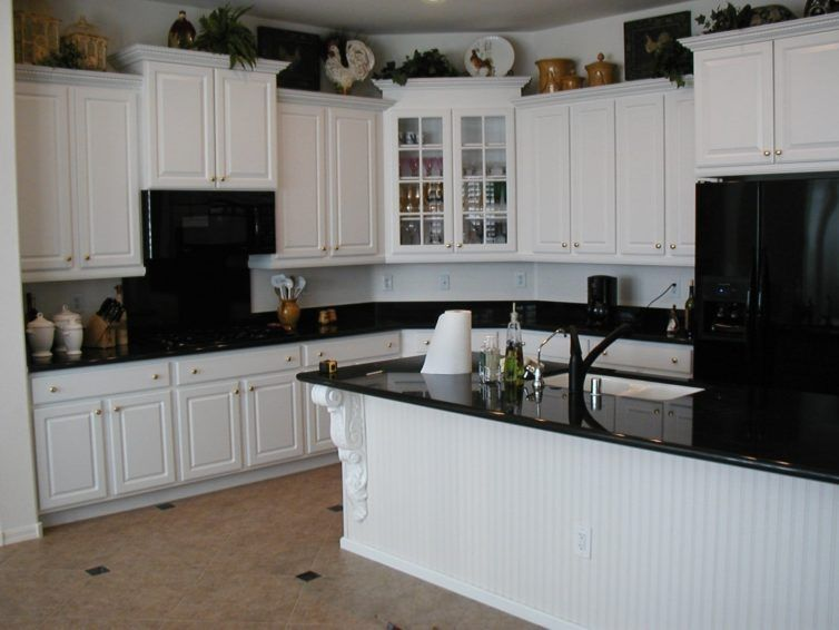 Charmant White Cabinets With Black Granite Countertops And Black Appliances Idea