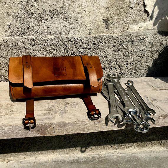 Rotolo porta oggetti fatto interamente a mano in Italia. Ideale per caferacer o biciclette classiche. Prodotto completamente cucito a mano. Eterno ed indistruttibile! Spessore cuoio 5 mm Dim diametro 10cm X 23 cm