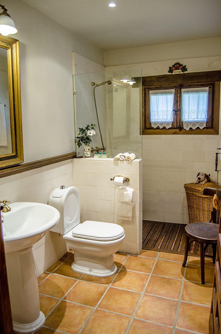 Bonito ba o en chalet completamente r stico bathroom for Ideas e interiores
