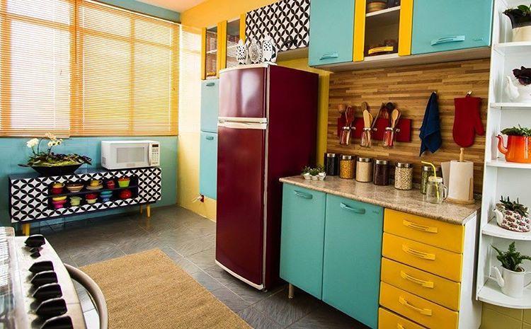 Cozinha colorida, transformada por @casadecolorir no programa Mais Cor por Favor. Boa inspiração de como podemos transformar um ambiente gastando pouco.