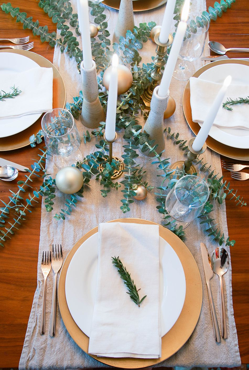 Last Minute Table Setting Ideas For The Holidays Simple Holiday Setting Simple Table Settings Entertaining Table Settings Christmas Table Settings