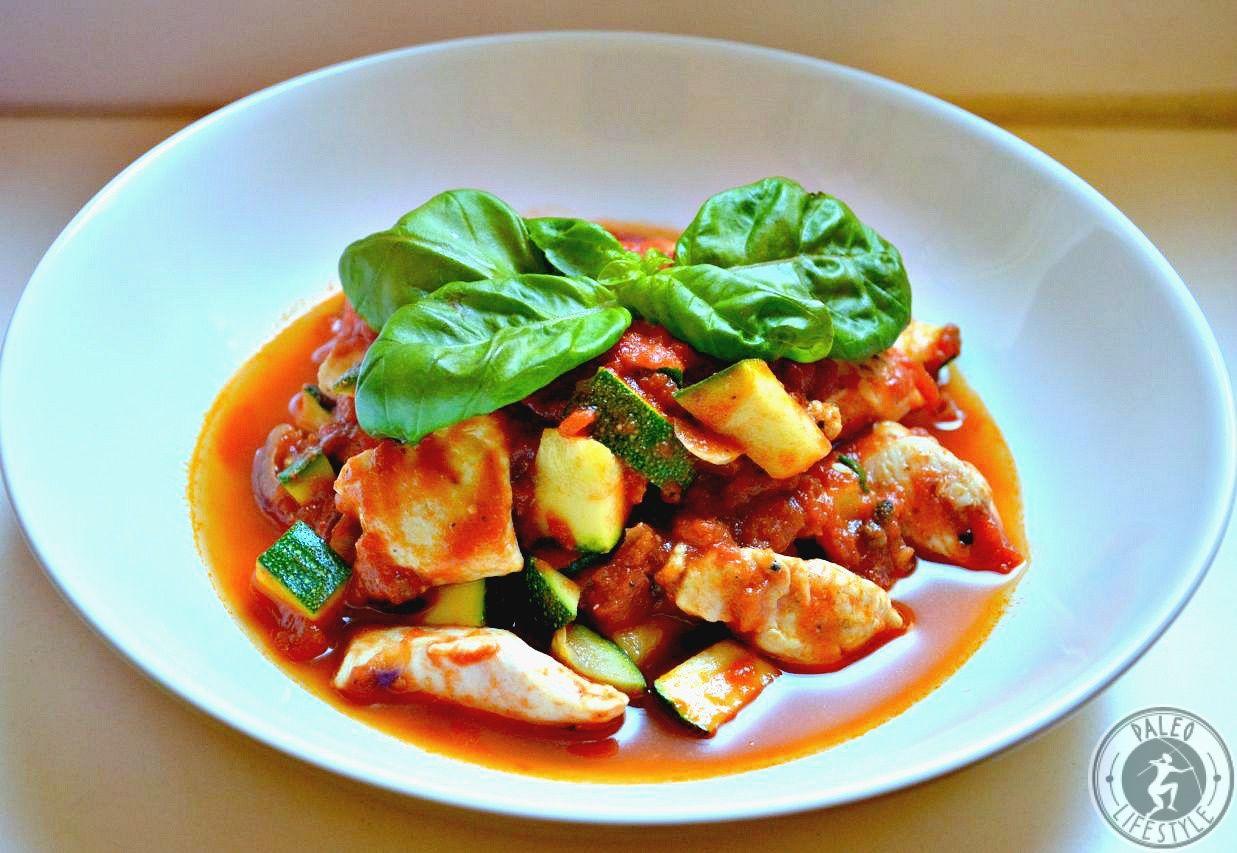 Ein köstliches Rezept für eine schnell und einfach zubereitete Paleo Putenpfanne mit Zucchini und Tomaten enthält viel Eiweiß und wenig Fett.