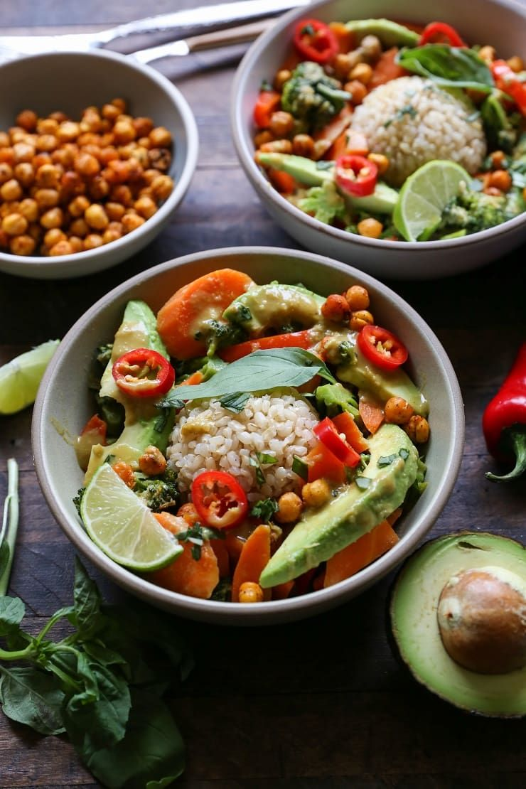 30 Minute Thai Green Curry With Avocado A Healthy Vegetarian Dinner Rec Vegetarian Recipes Dinner Healthy Healthy Vegetarian Dinner Vegetarian Recipes Dinner