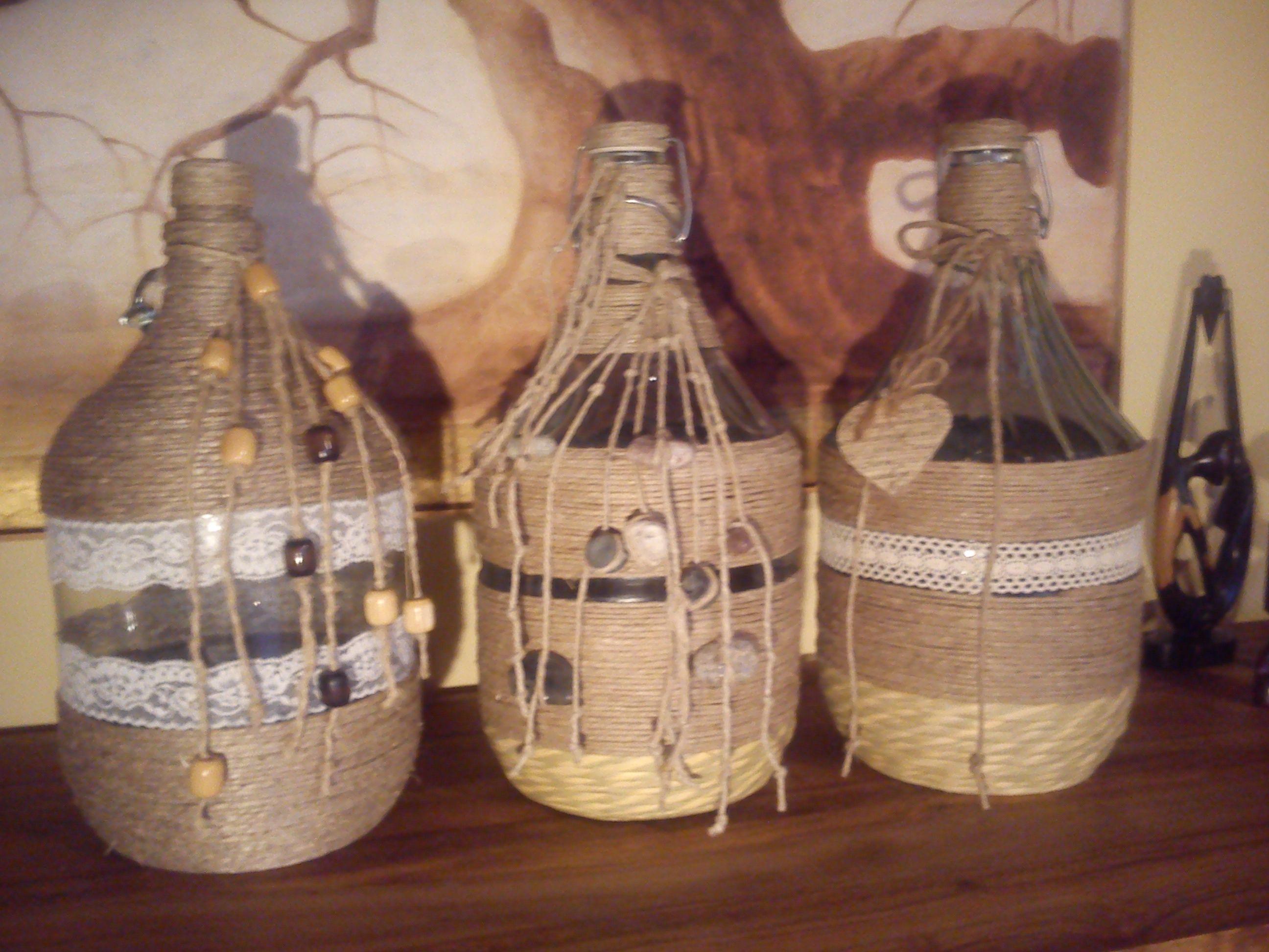 Riciclate piccole damigiane e decorate con materiale di - Damigiane decorate ...