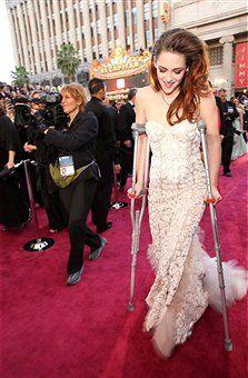 Oscars 2013: Injured #KristenStewart Wears #Crutches on Red Carpet