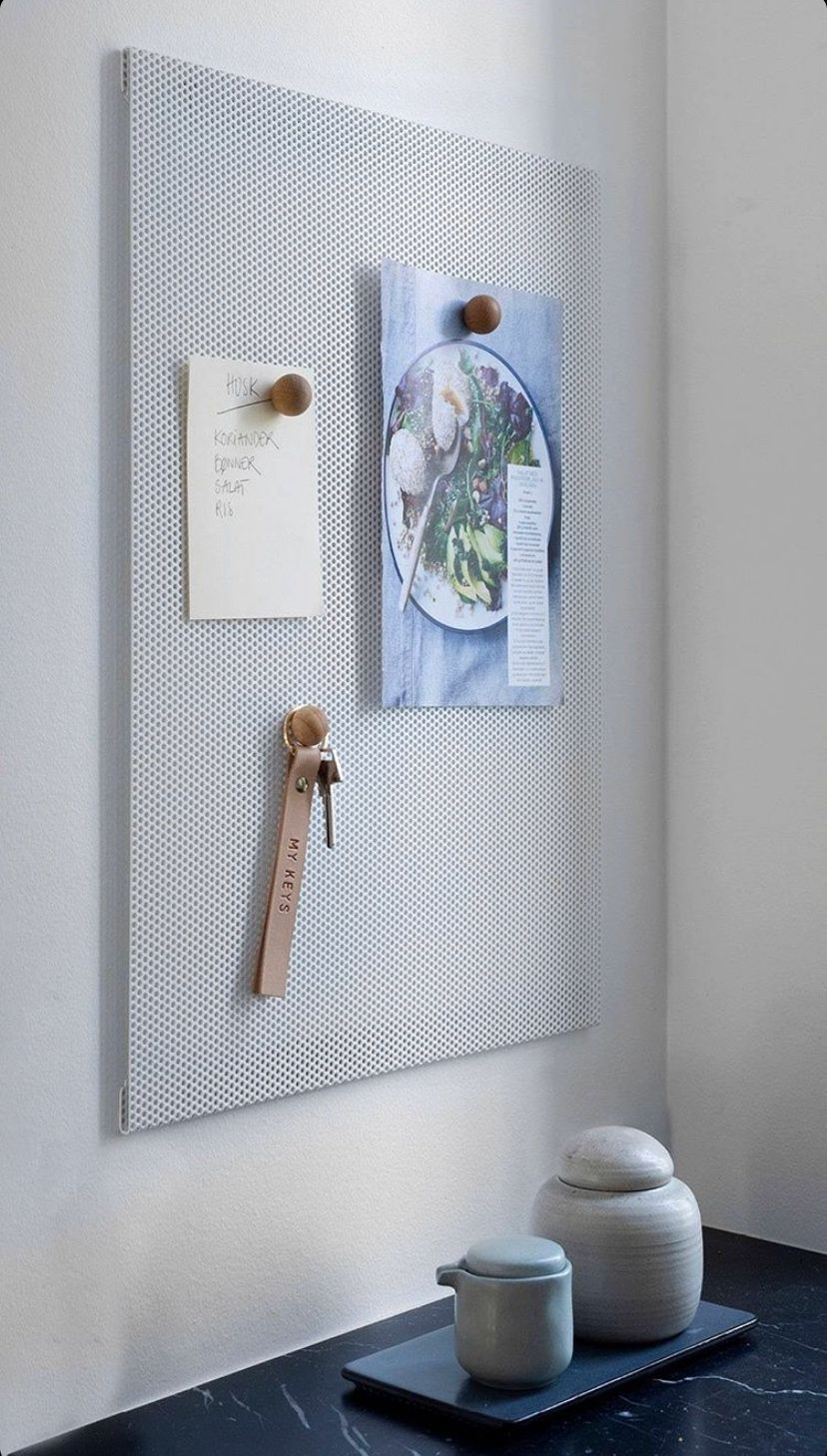 Den smarte opslagstavle fra Anne Linde, passer ind i ethvert rum med dens tidsløse design. Opslagstavle er magnetisk, så du kan for eksempel tilføje de flotte magnestiske spejle fra Anne Linde hvis den skal hænge i din entre.   #luxolivingdk #indretning #boligindretning #myluxoliving #homedecor #indretningsinspiration #bolig #inspiration #soveværelse #homeinspiration #design #herning #køkken #annelinde