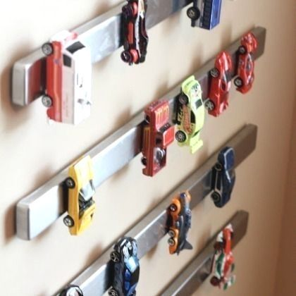 Spielzeugautos cool mit an der Wand