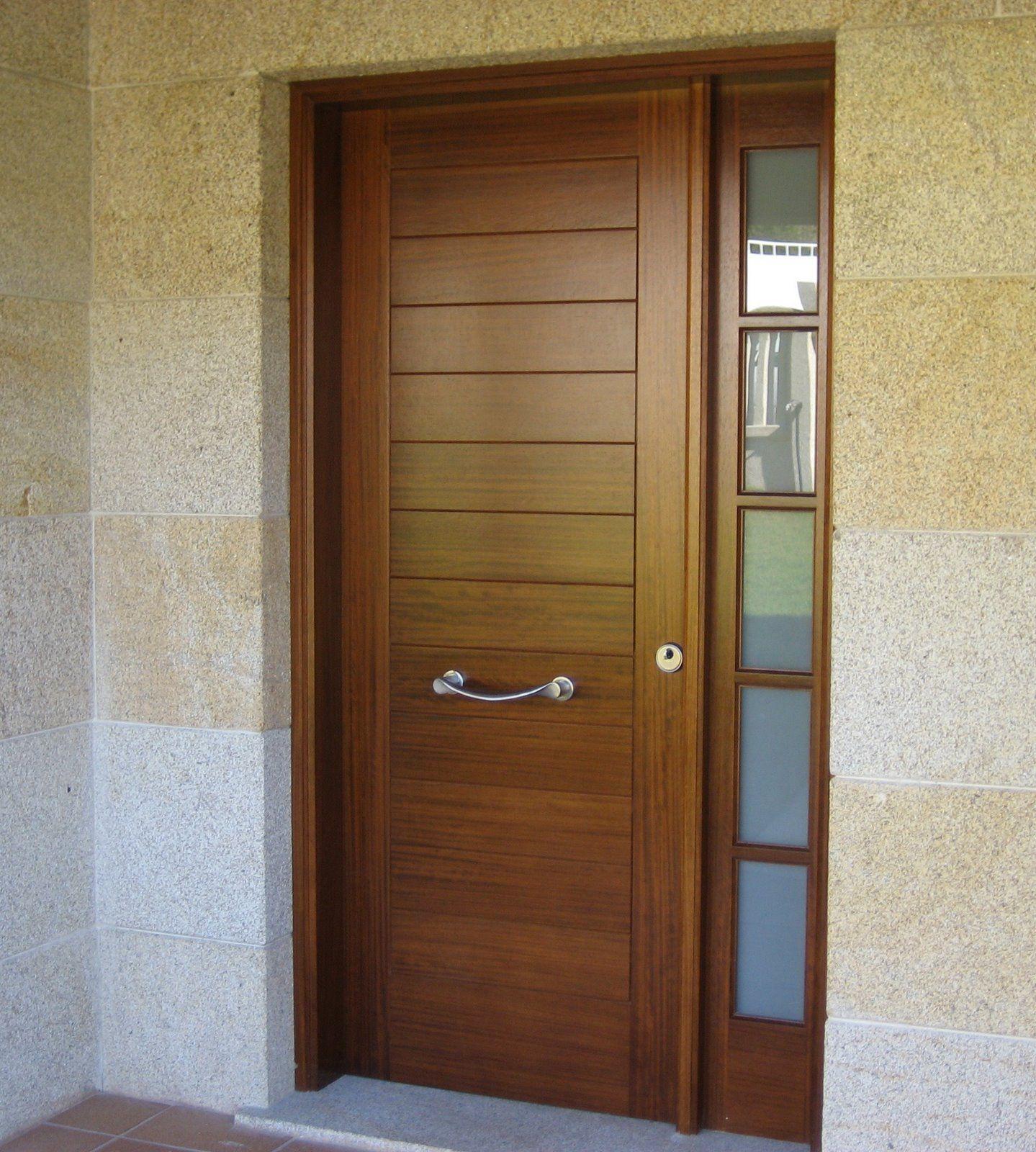 Puerta de entrada en madera de iroko macizo de 45mm con for Puertas de madera modernas para exterior