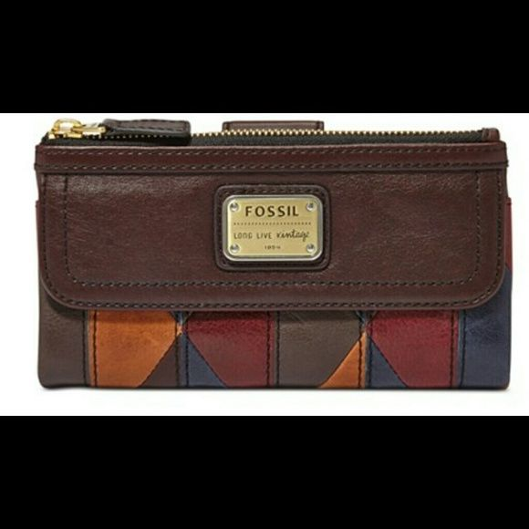 Fossil leather clutch wallet ,price ⬇⬇⬇⬇$ 65 Leather  snap closure  1 top zip pocket  1 front  magnetic pocket  12 card slots 1 ID slot 1 slide pocket 1 zip pocket Fossil Bags Wallets