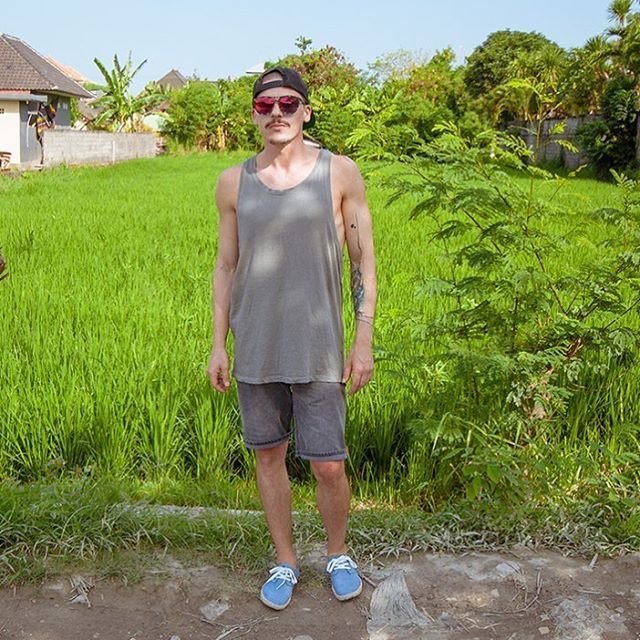 Keepin it clean when travelling 🌴 Outfit: Cap: #katspell Shades: #spotsnapr  Tank: #hm Shorts: #reelljeans  Shoes: #hm  #ootd #maleblogger #indo #travelblogger #blogger_de #streetstyle #lifewelltravelled #eyewear #indonesia