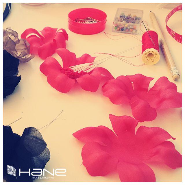 Empieza a llegar el frío tímidamente aunque en el taller disfrutamos de una eterna primavera. #Flores de tela hechas a mano.