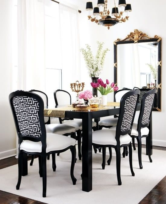 Glamorous Esszimmer Mit Glänzend Schwarzen Esstisch, Schwarz Französisch  Stühle In Weiß Und Schwarz Griechischen Schlüssel
