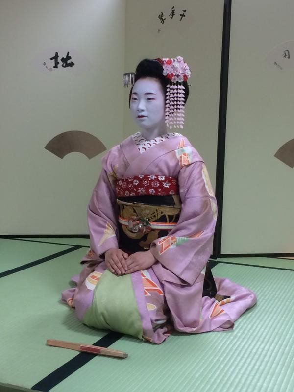 The maiko Ichiaya waiting for a dance. I'm so glad the pictures of her are very rare… (Source)