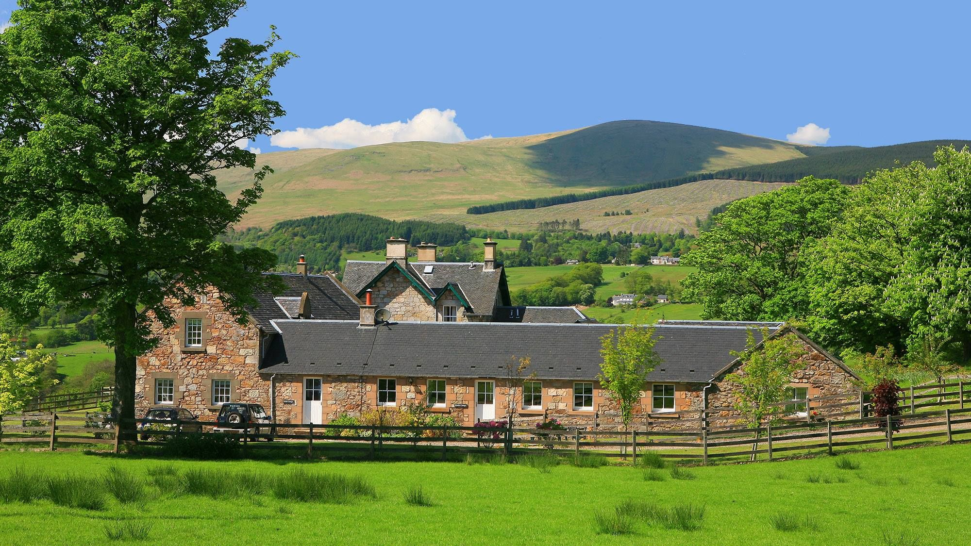 www.aroundaboutbritain.co.uk. Arndean Cottages. Dollar ...