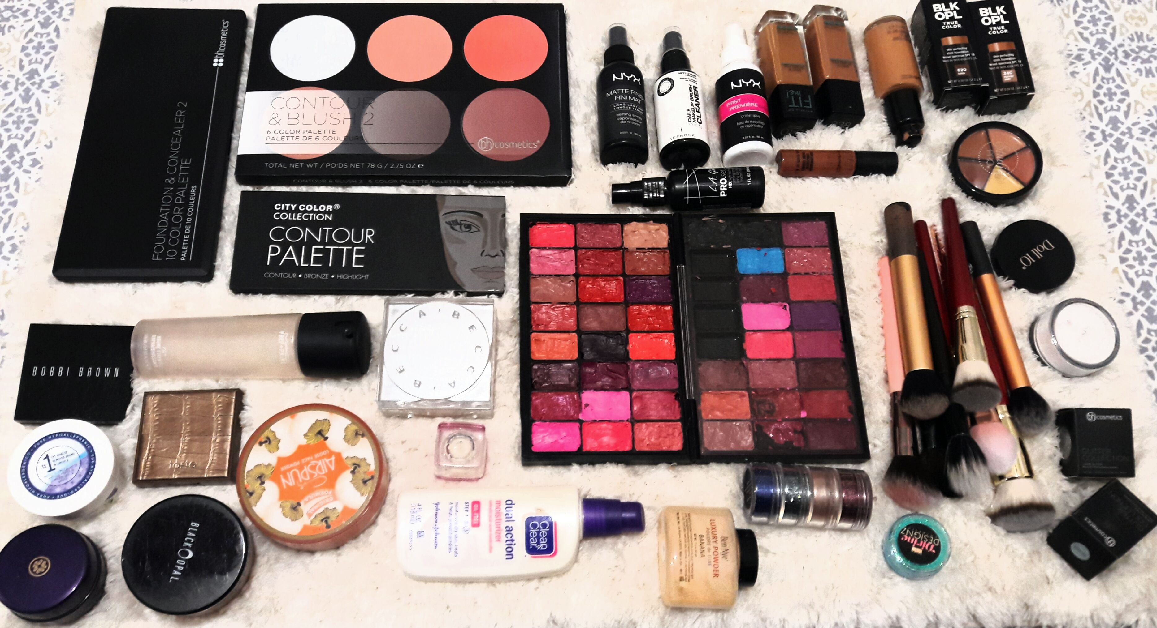 How to a Freelance Makeup Artist (With images