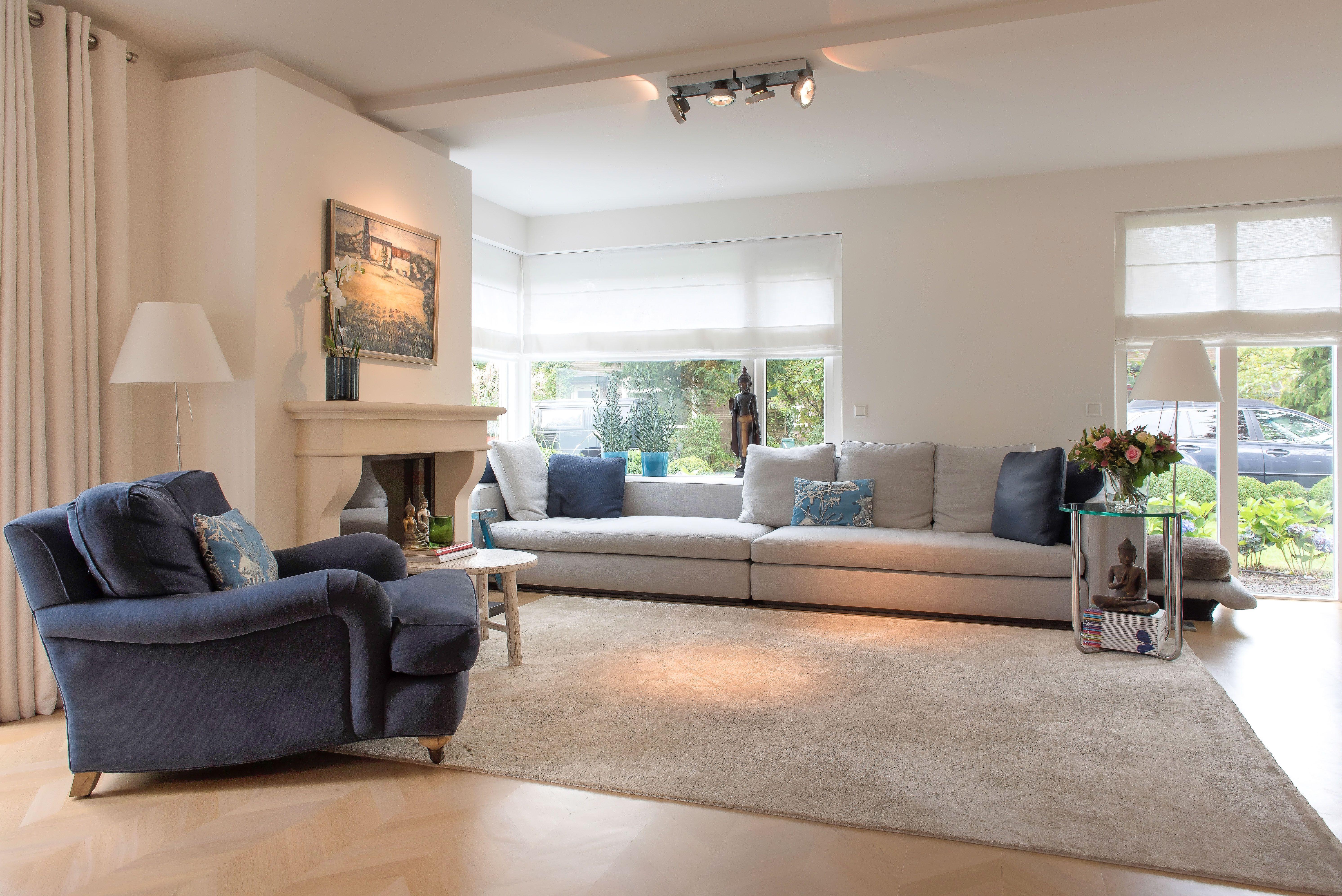 Stijlvolle lichte woonkamer met diverse openslaande tuindeuren ...