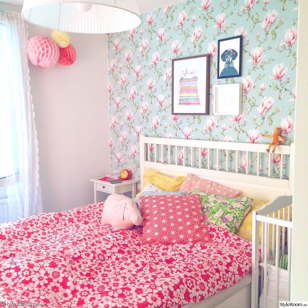 blommig tapet sovrum
