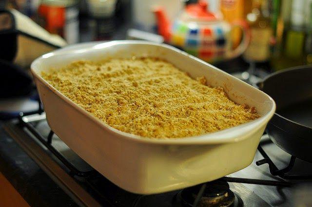 Recette de crumble aux poires et noisettes, parfum cannelle et vanille - Un délicieux dessert aux fruits à cuisiner pour ton enfant, facile et rapide à préparer. De bonnes poires juteuses, savoureuses et parfumées cuites avec des noisettes concassées, parfumées à la vanille, recouvertes d'une pâte à crumble au beurre.