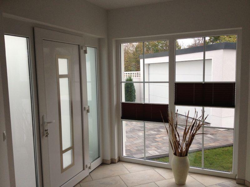 sichtschutz mit plissees im eingangsbereich t r flur terrasse flure sichtschutz und terrasse. Black Bedroom Furniture Sets. Home Design Ideas